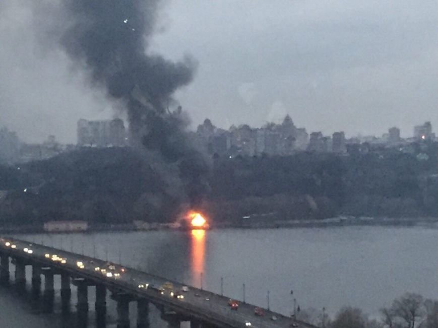 В Киеве загорелся плавучий ресторан (ФОТО) (фото) - фото 1