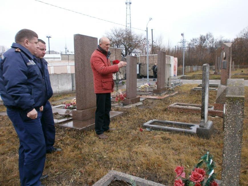 Днепродзержинские пожарные почтили память коллег, погибших во время строительства ДК Металлургов (фото) - фото 1