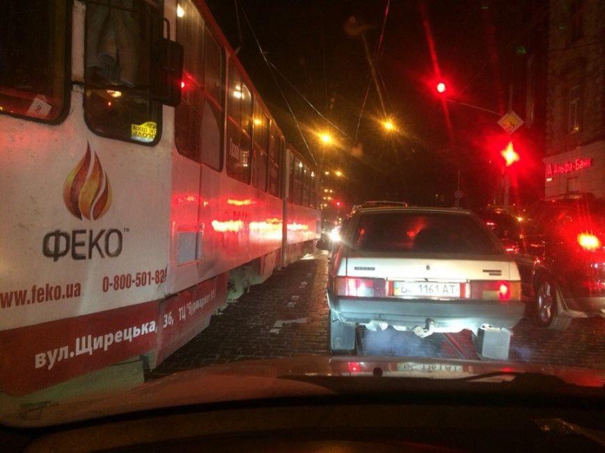 У Львові невідомі хулігани розбили скло у маршрутці (ФОТО) (фото) - фото 1