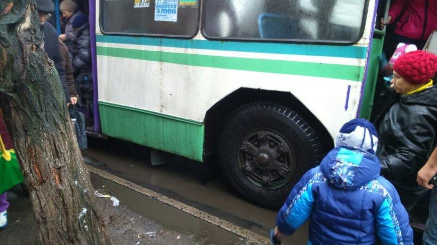 В центре Славянска загорелся троллейбус (фото) - фото 1