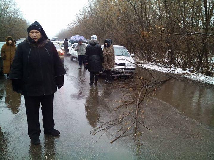 «Героини транспортных войн»: на КПП в Майорске бабушки поставили свой «блокпост» (фотофакт) (фото) - фото 1