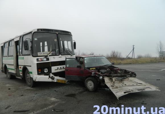Кривава ДТП: поблизу Тернополя зіткнулися дві легківки і автобус (фото) (фото) - фото 1