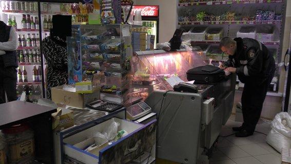 Лихие 90-е возвращаются в Николаев: вооруженные преступники ограбили продуктовый магазин (ФОТО) (фото) - фото 1