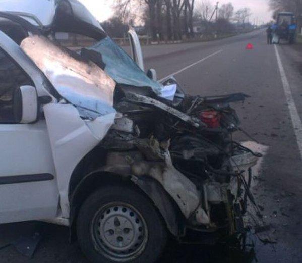 В Киевской области столкнулись легковушка и трактор, трое пострадавших (ФОТО) (фото) - фото 1
