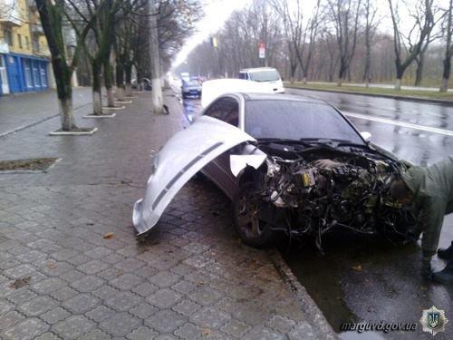 В Мариуполе водитель «Mercedes»  врезался в столб и столкнулся с припаркованным «Daewoo» (ФОТО), фото-1
