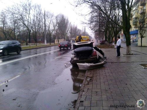 В Мариуполе водитель «Mercedes»  врезался в столб и столкнулся с припаркованным «Daewoo» (ФОТО), фото-3