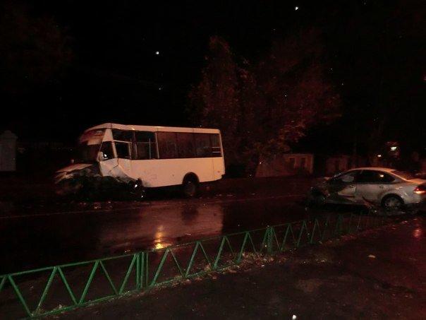Не прошло и года: в Николаеве пассажиры маршрутки получили серьезные травмы в ДТП (ФОТО), фото-1