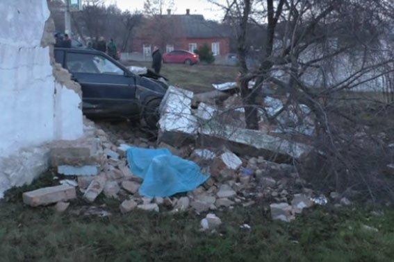 У Полтаві автомобіль збив пішохода і протаранив огорожу «Полтававодоканалу» (ВІДЕО) (фото) - фото 1