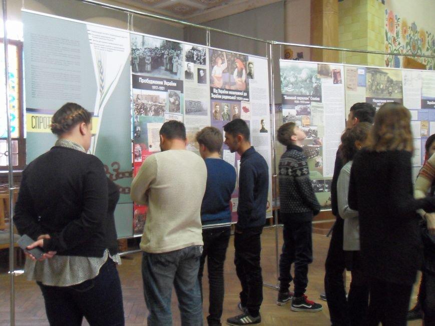 Щоб свічка пам'яті не згасла: у Полтаві відкрилася виставка «Спротив геноциду» (фото) - фото 1
