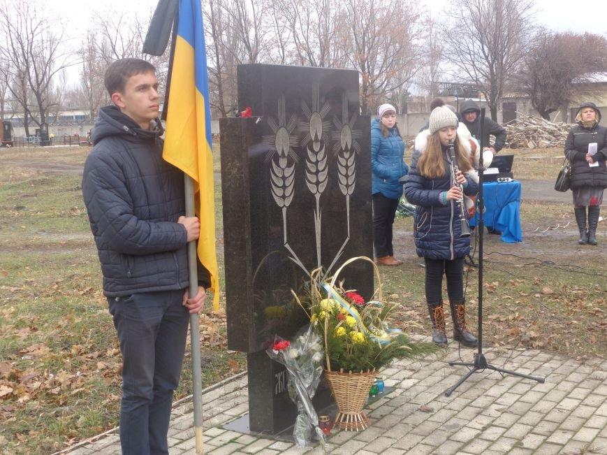 «Пам'ять народу – найдостовірніше джерело»: в Красноармейске прошел митинг-реквием памяти жертв беспощадного Голодомора (фото) - фото 6