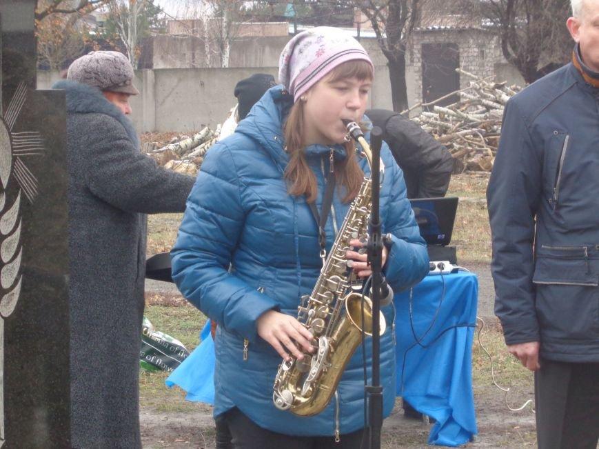 «Пам'ять народу – найдостовірніше джерело»: в Красноармейске прошел митинг-реквием памяти жертв беспощадного Голодомора (фото) - фото 5
