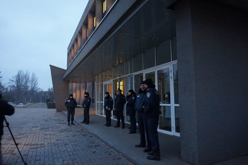 Под Криворожским горисполкомом протестующие подожгли шины (ФОТО) (фото) - фото 2