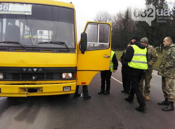 У Львові водій маршрутки, який скоїв наїзд на дорожній знак був п'яний: подробиці вчорашньої ДТП (фото) - фото 1