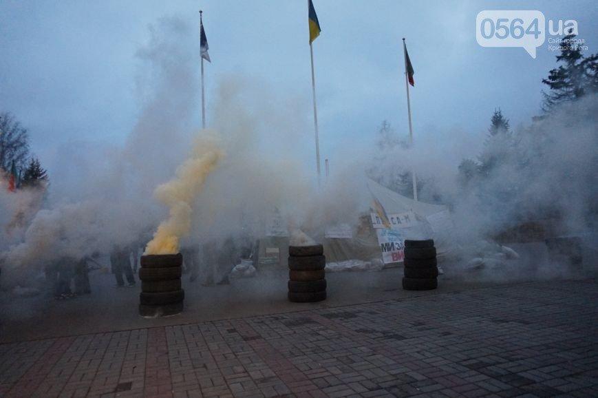 В Кривом Роге: студенты вышли на митинг, протестующие жгли шины, апелляционный суд отказал признать выборы мэра недействительными (фото) - фото 3
