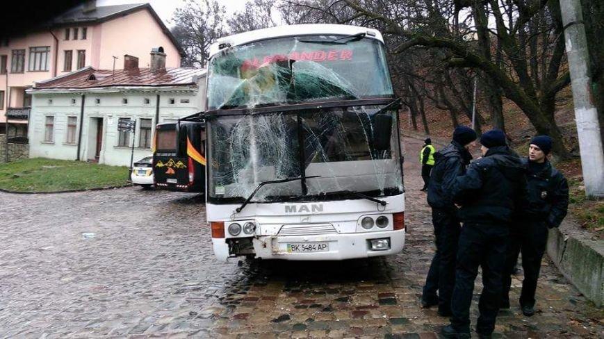 У Львові туристичний автобус в'їхав у будинок: фото та подробиці з місця ДТП (ФОТО) (фото) - фото 2