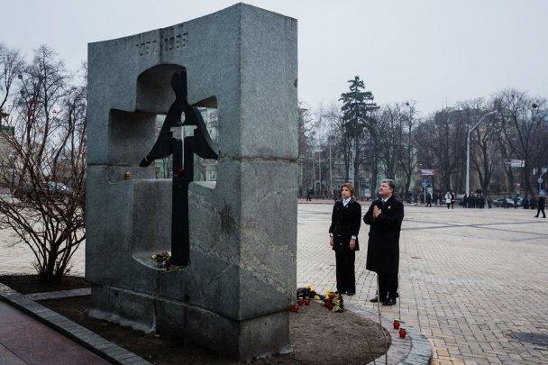 Президент Украины с супругой на коленях почтили память жертв Голодомора (ФОТО) (фото) - фото 2