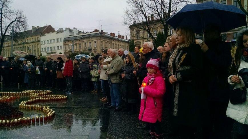 Запали свічку: у Львові вшанували пам'ять жертв Голодомору (ФОТОРЕПОРТАЖ) (фото) - фото 1