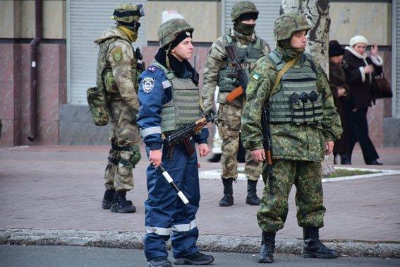 30 групп быстрого реагирования полиции на тяжелой технике патрулируют Мариуполь (ФОТОРЕПОРТАЖ) (фото) - фото 1