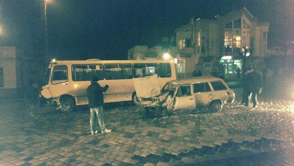 У Чернівцях  сталося ДТП за участю маршрутки (фото) - фото 1