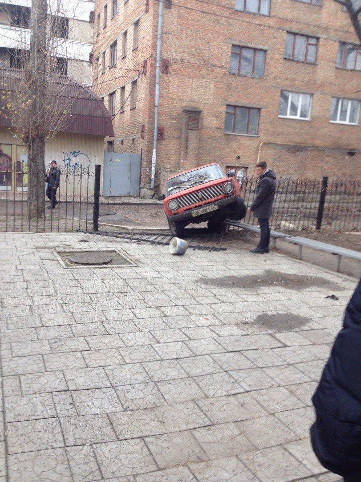 «Когда на пары опаздываешь, нет времени на парковку», - в Николаеве студент протаранил забор учебного заведения (ФОТОФАКТ) (фото) - фото 1