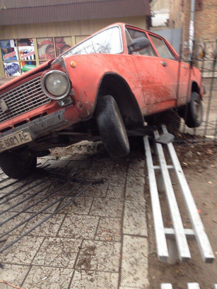 «Когда на пары опаздываешь, нет времени на парковку», - в Николаеве студент протаранил забор учебного заведения (ФОТОФАКТ) (фото) - фото 2