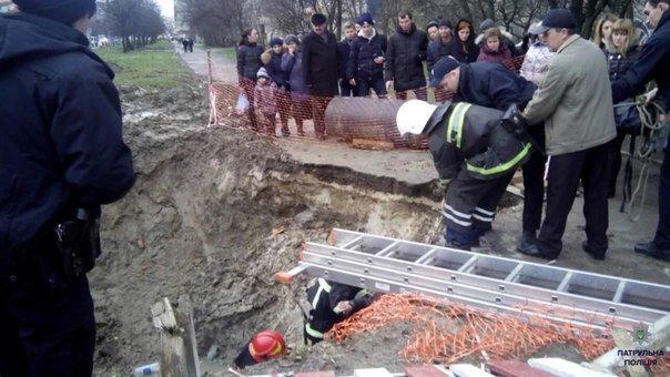 У Львові жінка впала у яму, яку вирили під час ремонтних робіт (ФОТО) (фото) - фото 1