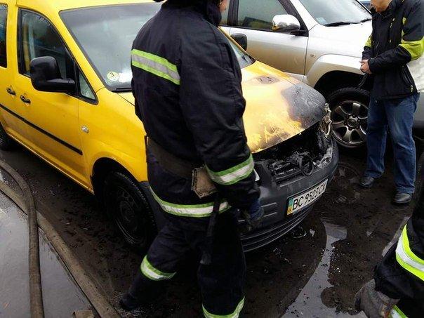 У Львові на автозаправці загорівся автомобіль (ФОТО) (фото) - фото 3