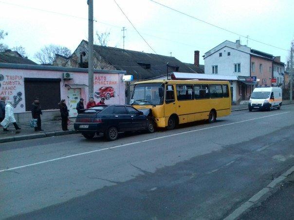 У Львові автомобіль врізався в маршрутку: травми отримало троє осіб (ФОТО) (фото) - фото 1