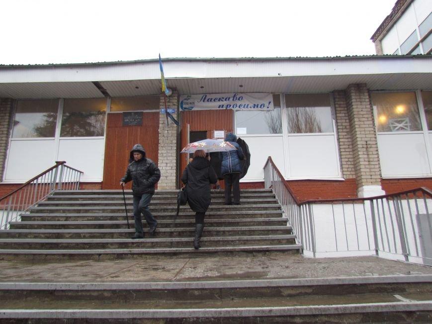 Бдительные мариупольцы засекли у избирательных участков автобусы с избирателями (ФОТО), фото-1