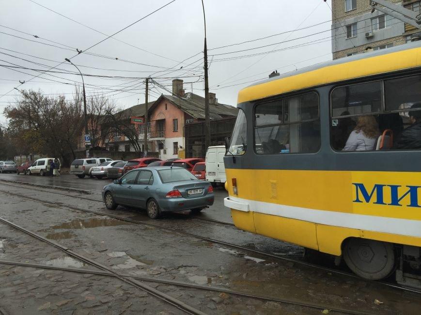 И пусть весь мир подождет: в Николаеве парковка на трамвайных путях стала трендом сезона (ФОТОФАКТ) (фото) - фото 2
