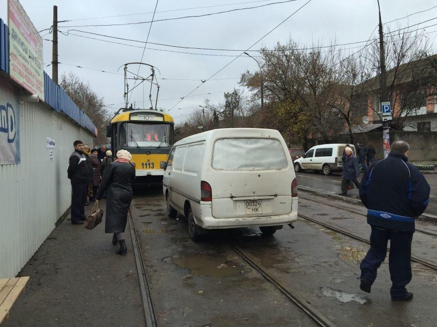 И пусть весь мир подождет: в Николаеве парковка на трамвайных путях стала трендом сезона (ФОТОФАКТ) (фото) - фото 1