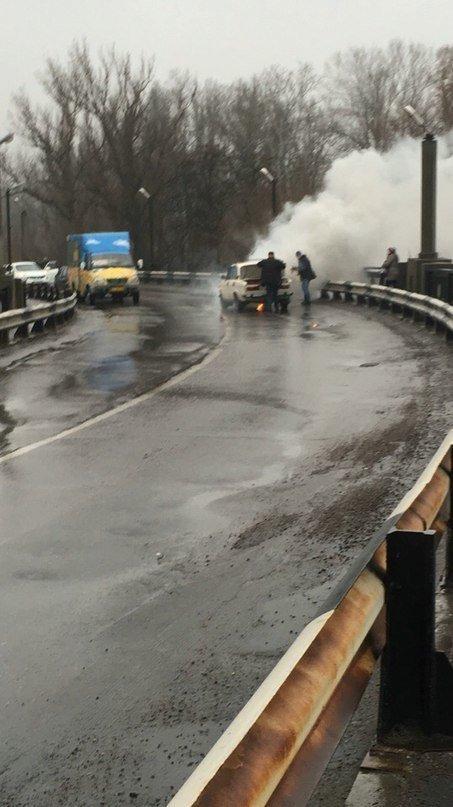 У Кременчуці посеред Крюківського мосту спалахнули «Жигулі» (фото) - фото 1