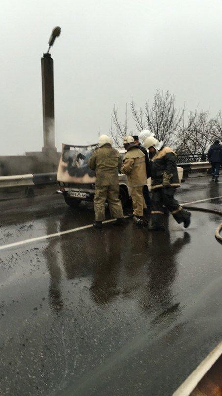 У Кременчуці посеред Крюківського мосту спалахнули «Жигулі» (фото) - фото 2