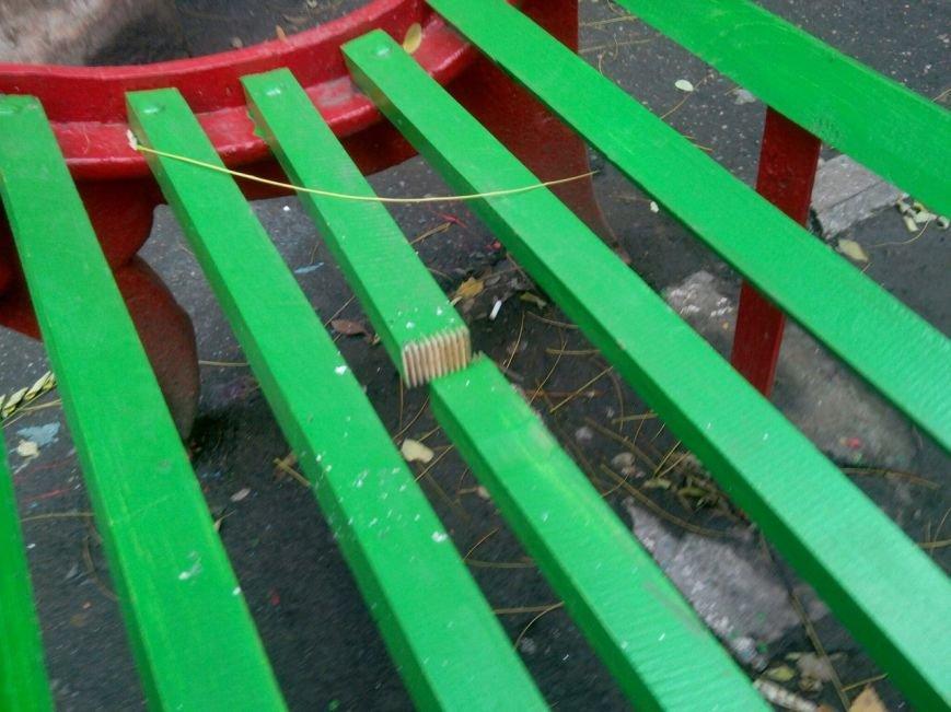 Мариупольские скамейки не смогли пережить выборы (ФОТОФАКТ) (фото) - фото 1