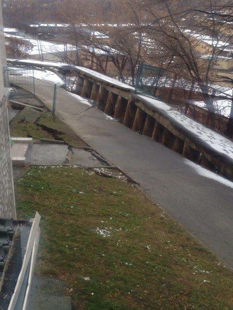 В Киеве обрушился фасад жилого дома, спасатели эвакуируют жильцов (ФОТО) (фото) - фото 1