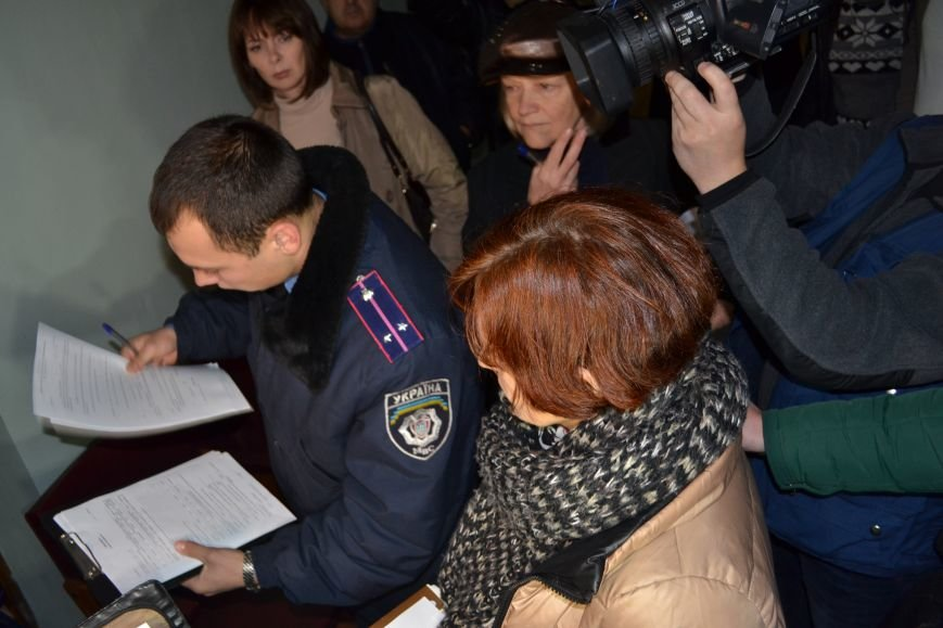 В Криворожский горисполком прибыла полиция и опрашивает членов горизбиркома (ФОТО), фото-1