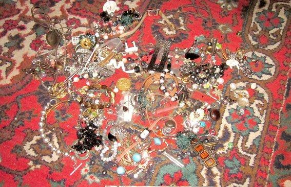 Придивіться, можливо це вкрали у вас: Кременчуцька поліція встановлює жертв квартирних злодіїв (фото) - фото 6