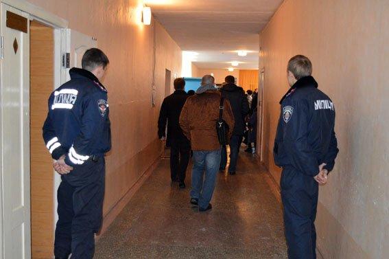 Полиция Красноармейска продолжает в усиленном режиме обеспечивать безопасность населения (фото) - фото 2