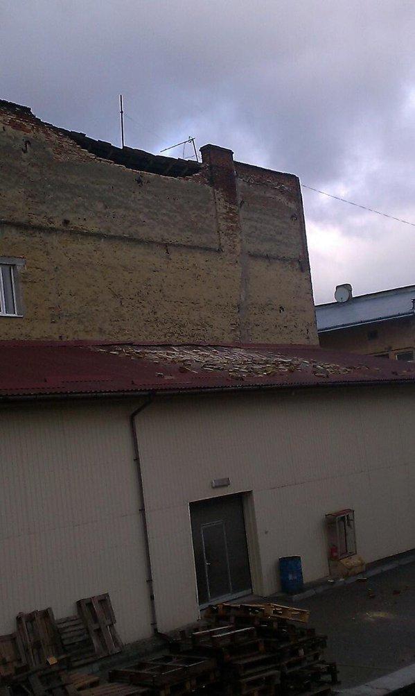 У Львові на вулиці Жовківській обвалилася стіна житлового будинку (фото) - фото 1