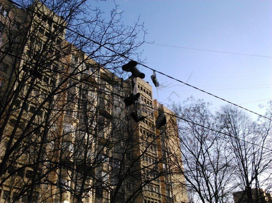 ed3d8cab7ba7614b148ee14a48f53331 Одесский чудак сушит обувь на уличных проводах