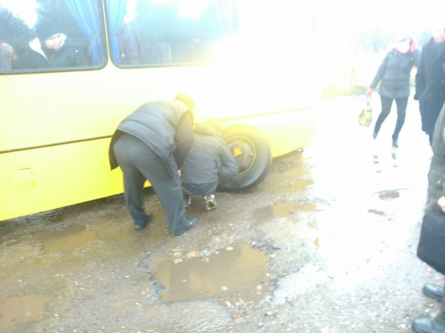 На Львівщині автобус із пасажирами під час руху загубив два колеса (ФОТО) (фото) - фото 1