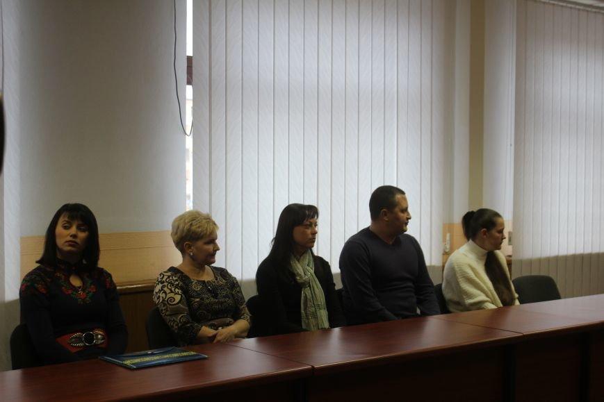 В Днепродзержинске семьям погибших участников АТО вручили ордера на квартиры, фото-1