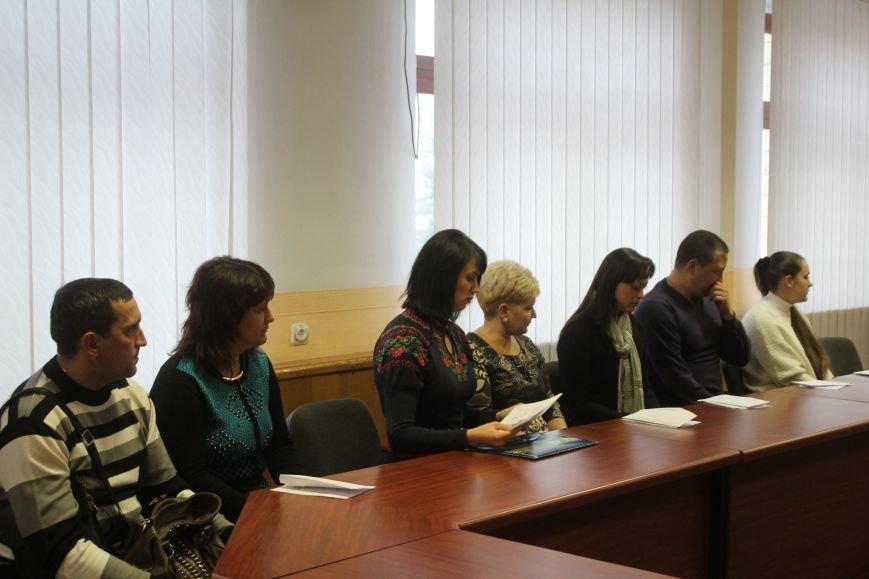 В Днепродзержинске семьям погибших участников АТО вручили ордера на квартиры, фото-6
