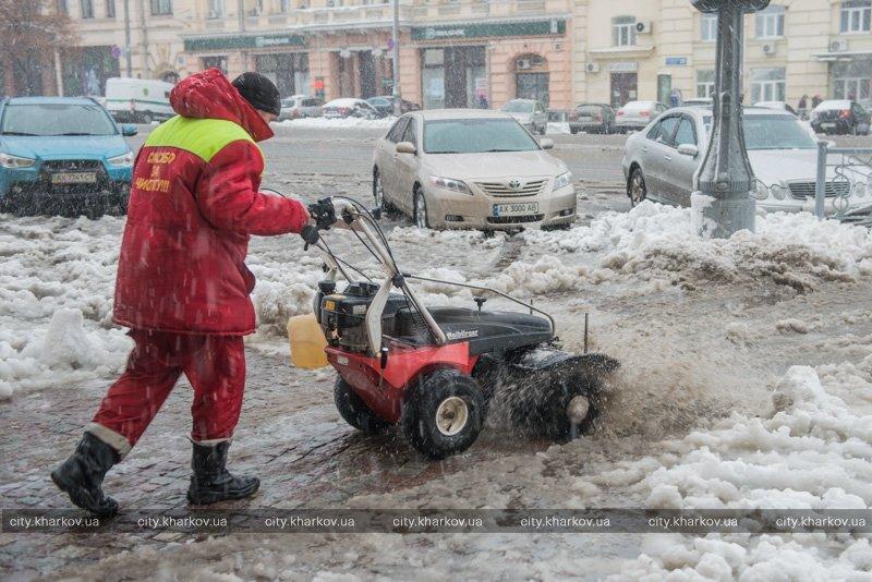 В Харькове снегопад «уронил» более пятисот деревьев: спасатели советуют держаться подальше от веток и линий электропередач (ФОТО) (фото) - фото 1
