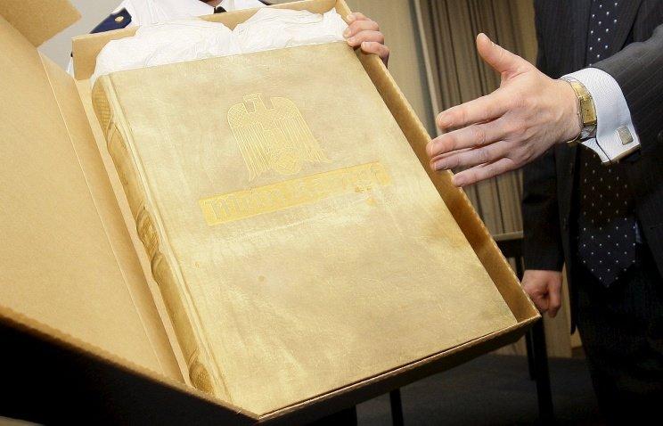 СМИ: В Гемании собираются переиздать книгу Гитлера (фото) - фото 1