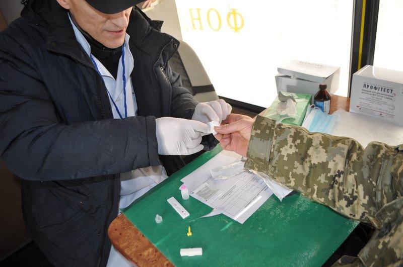 На вокзале Днепропетровска желающие могли пройти экспресс-тест на ВИЧ (ФОТО) (фото) - фото 4
