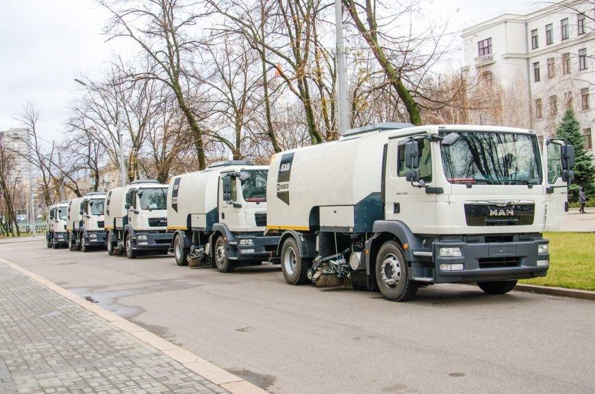 Коммунальщикам Днепродзержинска подарили уборочную машину, фото-1