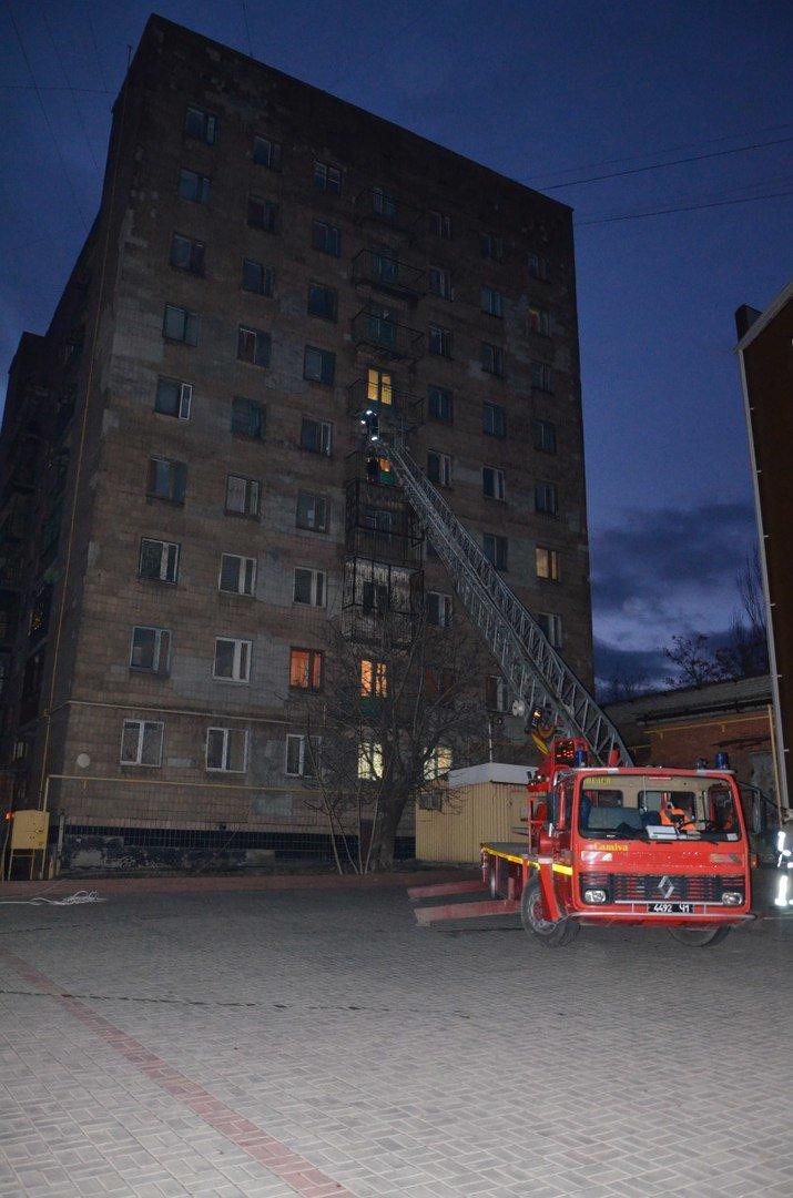 В Мариуполе спасатели тушили пожар в ПГТУ. Спасено 2 студента (ФОТО+ВИДЕО) (фото) - фото 1