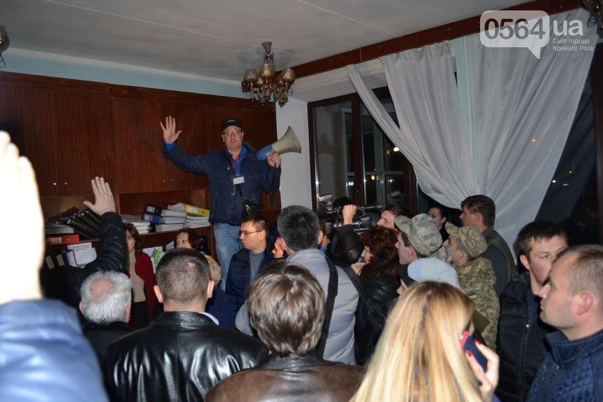 В Кривом Роге: из СИЗО освободили бойца «Айдара», задержали «черных металлистов», во время заседания горизбиркома сообщили о «заминировании» (фото) - фото 3