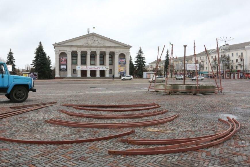 На Красной площади Чернигова начали монтировать елку, фото-3